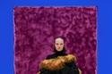 إطلالة باللون الأسود مع معطف مزين بالفرو من مجموعة Prada لخريف 2021