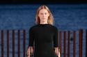 فستان أسود بشراشيب من مجموعة Proenza Schouler ربيع وصيف 2022