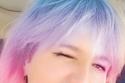 هنا شيحة بلون شعر بدرجات قوس قزح