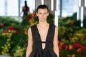 فستان أسود من مجموعة Jason Wu ربيع وصيف 2022