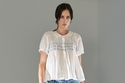 إطلالة كاجول مع جينز وبلوزة بيضاء من مجموعة Molly Goddard