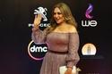 الفنانة ليلى علوي في فستان زهري مائل إلى الموف