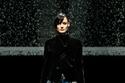 سترة من المخمل مع تنورة ساتان ملوانة من مجموعة Giorgio Armani