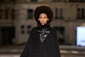 إطلالة أنيقة باللون الأسود من مجموعة مجموعة  Chloé لخريف 2021