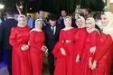 محمد صلاح يلتقط صورة مع بعض الفتيات في حفل زفاف شقيقه