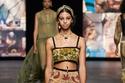 بلوزات قصيرةمن مجموعة  Dior