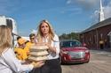إيفانكا ترامب توزع الطعام على المتضررين من إعصار فلورنس