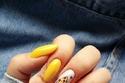 الأصفر الليموني اللون المثالي للمناكير مع إطلالات الجينز