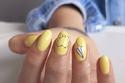 الأصفر الليموني الممبز اللون المثالي للمناكير مع الجينز