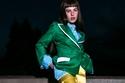 بليزر أخضر مع بنطلون أصفر من مجموعة Sara Battaglia ربيع 2022