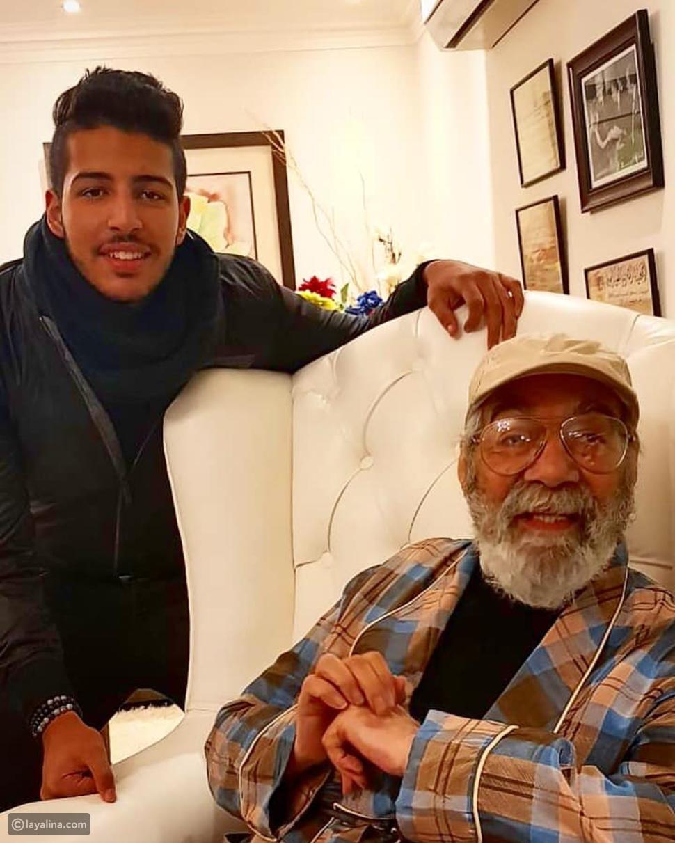 صورة محمود ياسين مع حفيده