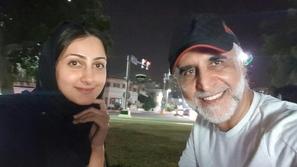 صور حبيب غلوم يغازل زوجته هيفاء حسين برسالة عاطفية.. وهكذا ردت بعفوية