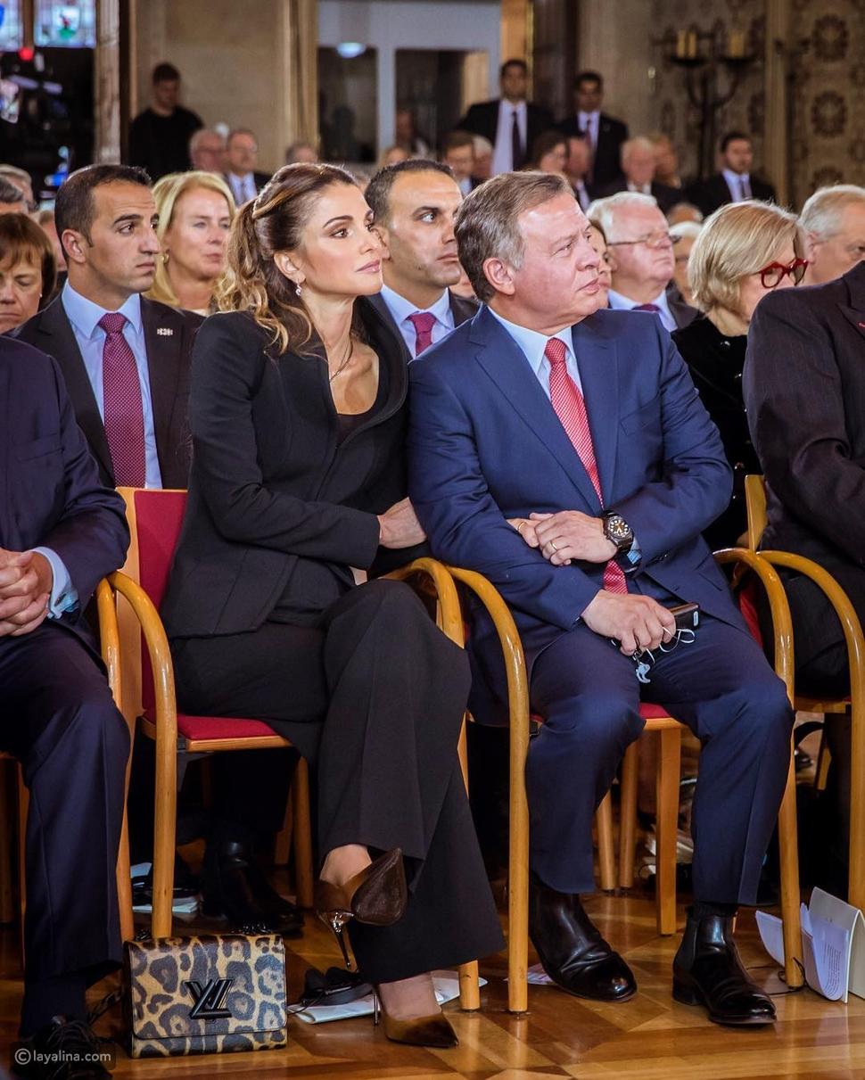 صورة الملك عبدالله وزوجته الملكة رانيا ممسكين الأيدي تشعل الإنترنت