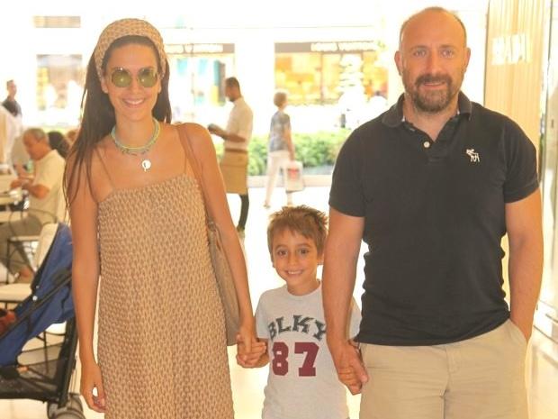 خالد إغنتش وزوجته برجوزار كوريل وابنهما الوحيد
