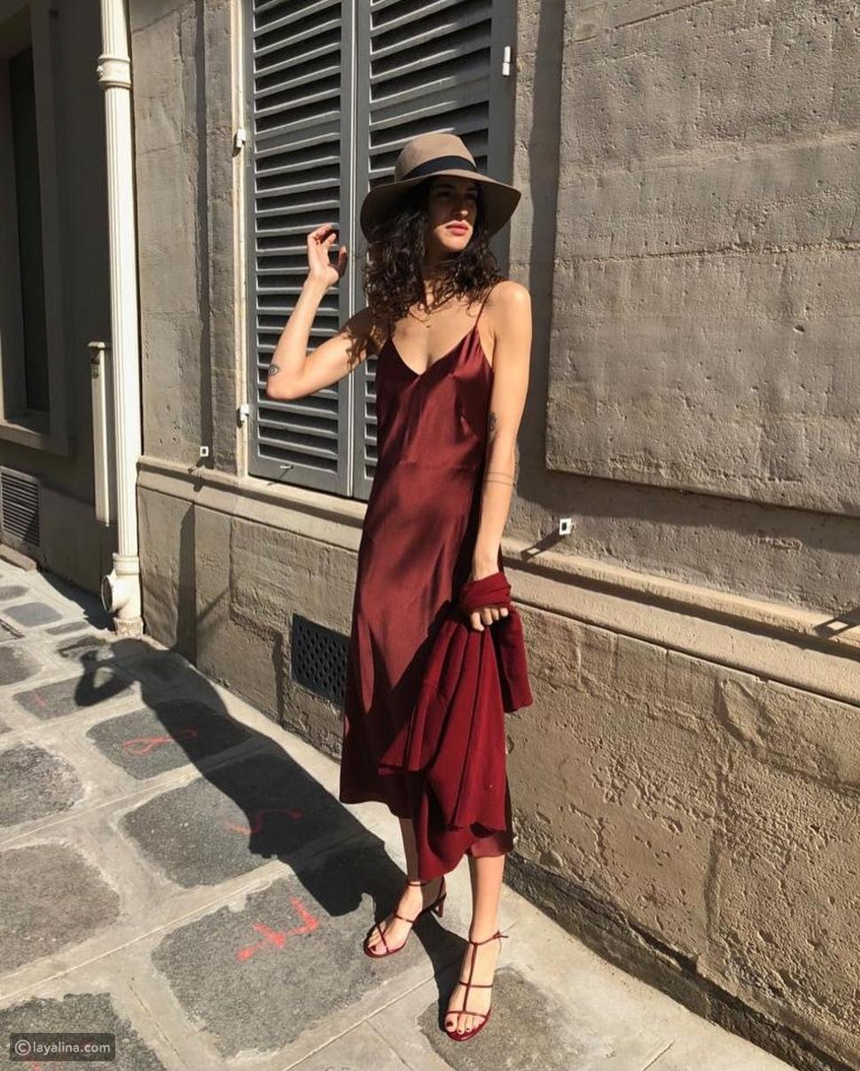 فستان ساتان باللون الأحمر الداكن
