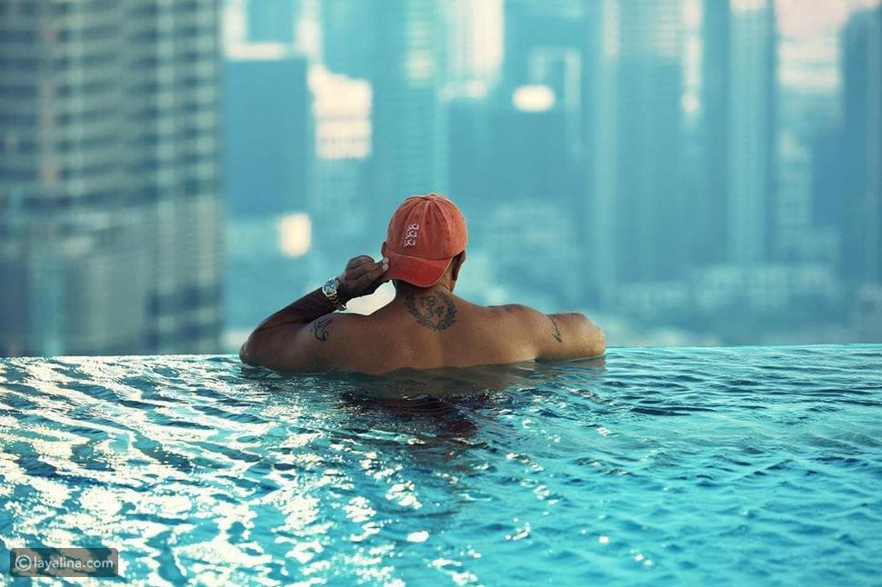 عمرو دياب يشوق جمهوره للإعلان الجديد وينشر صورة داخل حمام السباحة