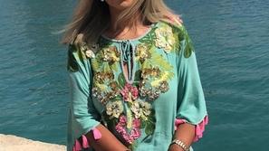 صور إطلالة بوسي شلبي في عطلتها الصيفية تقسم الآراء.. والبعض سخر منها