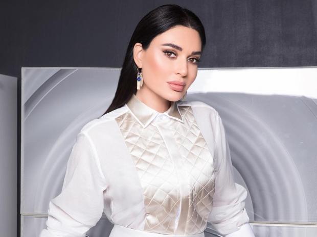أما سيرين عبد النور فاختارت تسريحة ناعمة بتصفيفه للخلف