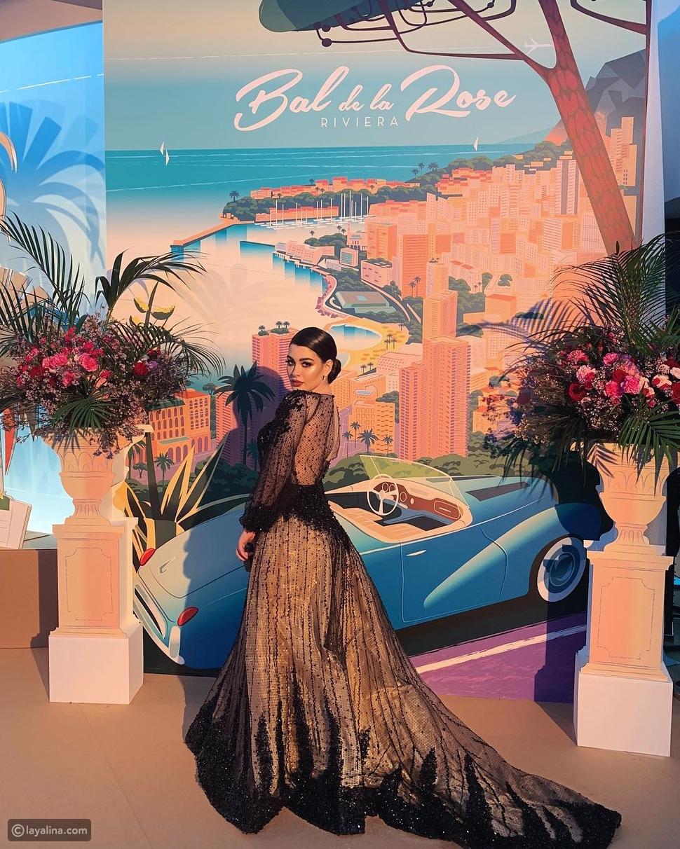 ظهرت روان بن حسين بفستان كاشف من الشيفون المطرز بذيل طويل وأكمام طويلة، ومطرظ عند الذيل ومنطقتي الصدر والخصر بخرز أسود بتصميم ملفت.