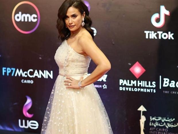هند صبري تتألق بإطلالة لمرمر حليم في مهرجان القاهرة السينمائي الدولي