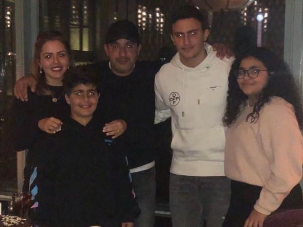 ابن أحمد السقا ينفي طلاق والديه بصورة عائلية مميزة