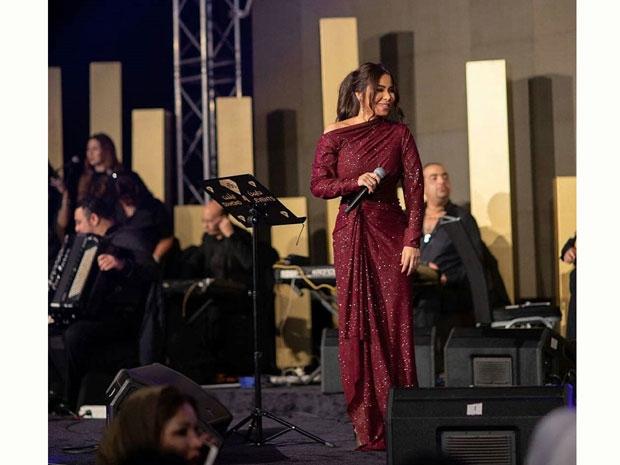 شيرين عبد الوهاب بفستان مقاسه غير مناسب لها