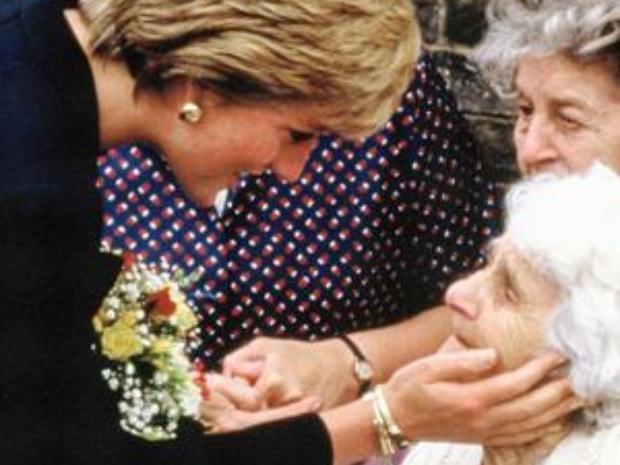 الأميرة ديانا أول من خرقت البروتوكول الملكي من أجل التواصل مع الحشود