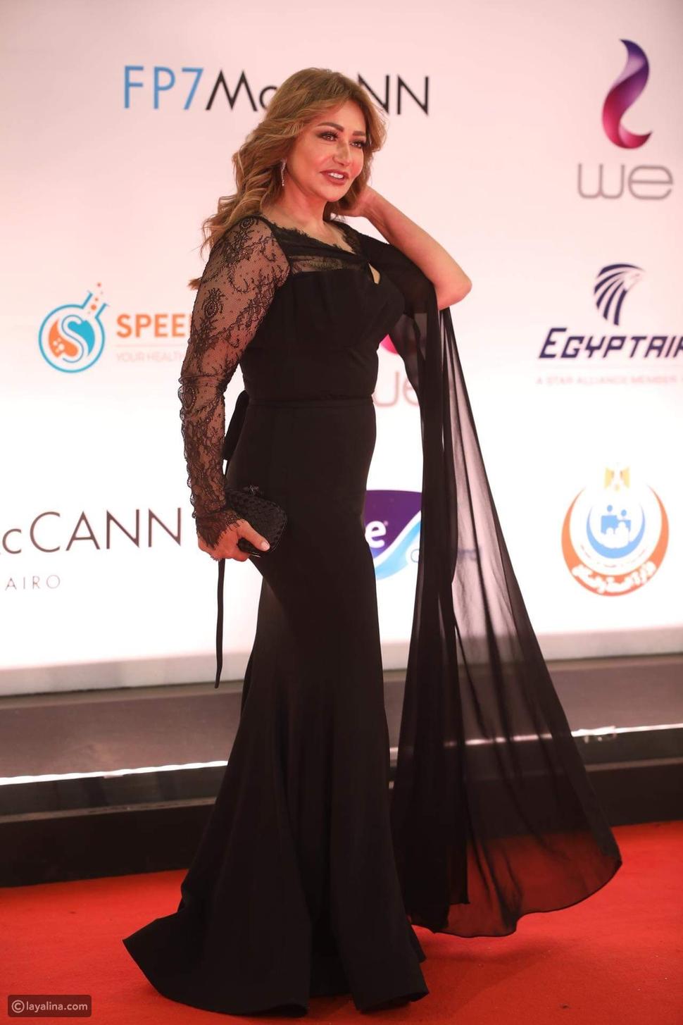 الأسود يليق بك! ليلى علوي بإطلالة جذابة في ختام القاهرة السينمائي