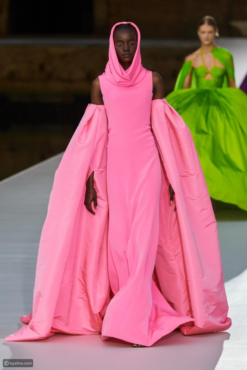 اللون الوردي في مجموعة Valentino هوت كوتور 2022