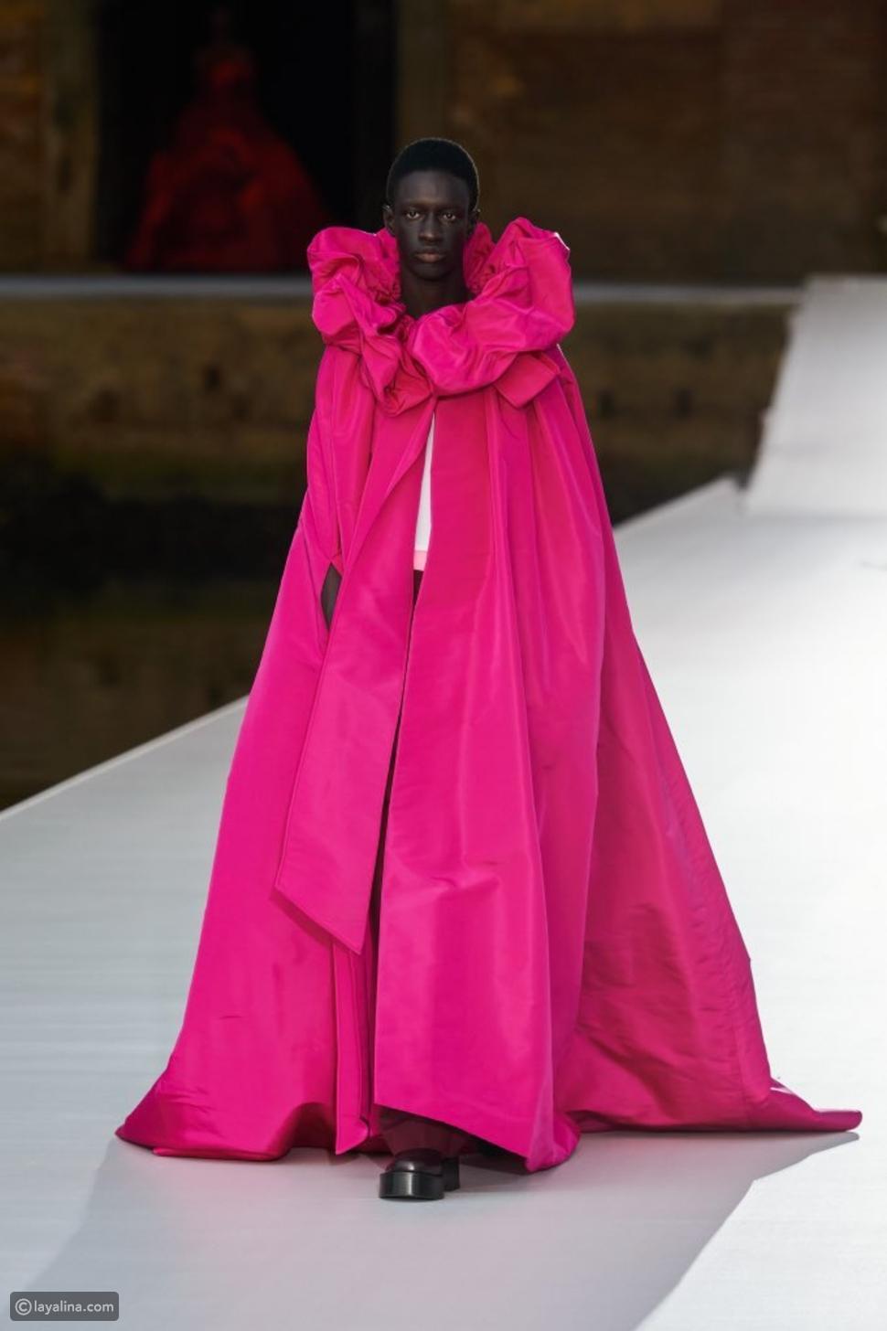 اللون الوردي من مجموعة Valentino هوت كوتور 2022