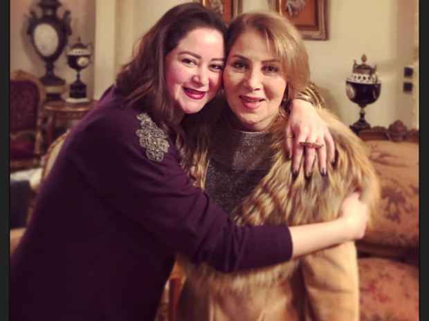 مي نور الشريف مع والدتها بوسي