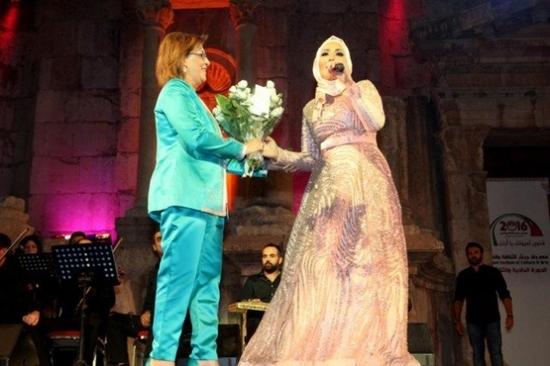 صور نداء شرارة تشعل مسرح مهرجانات جرش بغنائها والبعض يتهمها بالتخلي عن حجابها!
