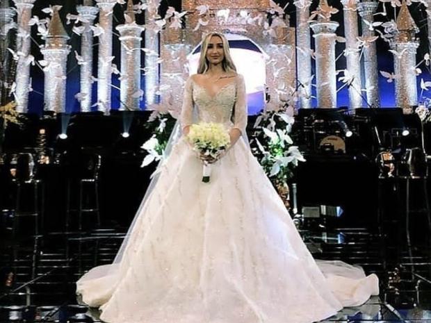 اعتمدت هنا الزاهد على فستان زفاف بستايل السندريلا