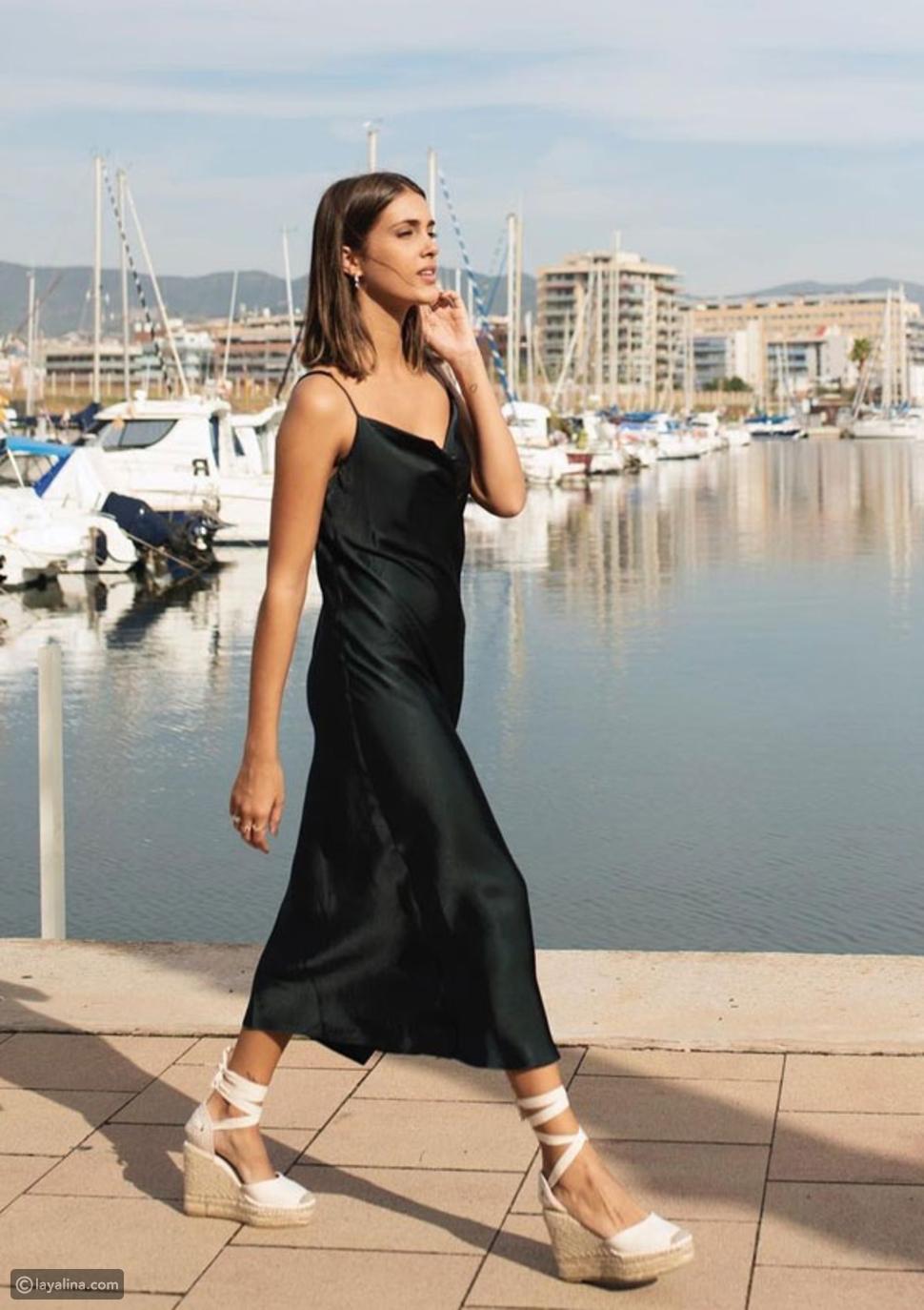 فستان سهل الارتداء مع أحذية الإسبادريل بيضاء:مزيج من النساء الباريسيات
