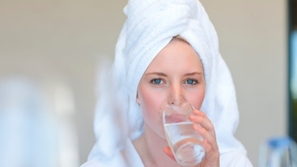 فوائد شرب الماء على معدة خاوية