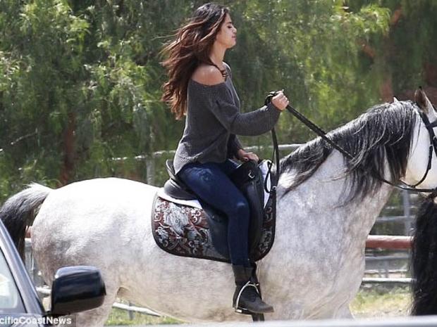 صور سيلينا غوميز راكبة خيول فاتنة في أحضان الطبيعة