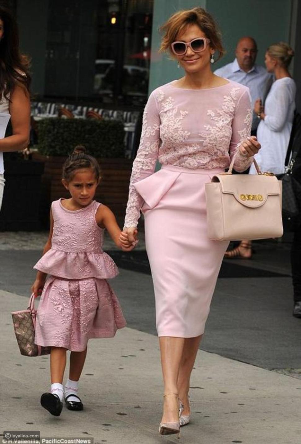 صور جينيفر لوبيز وابنتها تتنافسان على الأناقة