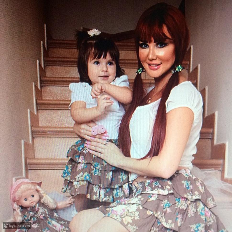 صورة جيني إسبر وابنتها ترتديان نفس الأزياء