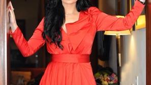 صور ديانا كرزون تتألق بفستان أحمر بأنامل المصممة الإماراتية نور الجندل