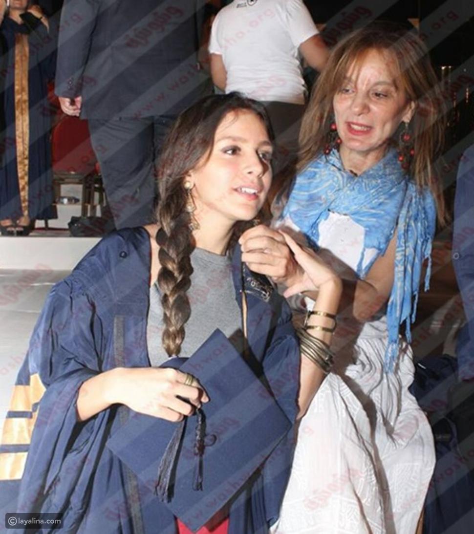 صور جميلة عوض تحتفل بتخرجها بحضور والدتها
