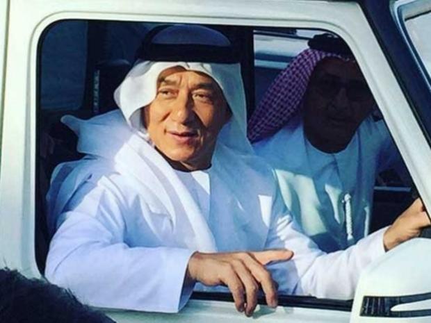 صور جاكي شان في الزي الإماراتي..