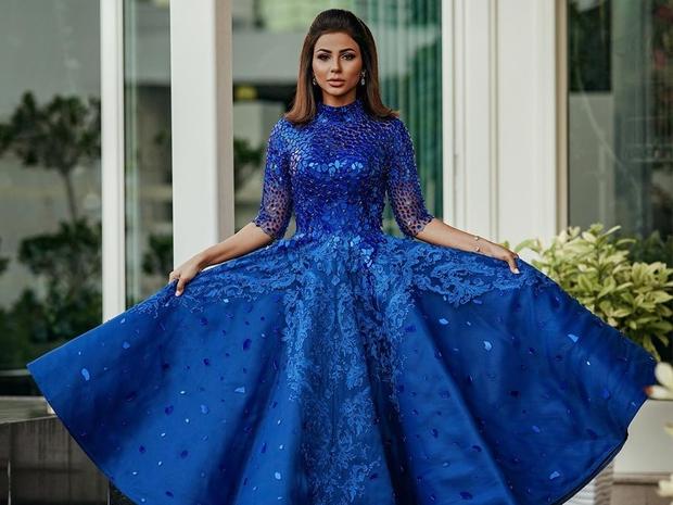 الفساتين الكرستالية المعدنية: تصميم حديث على مهيرة عبد العزيز