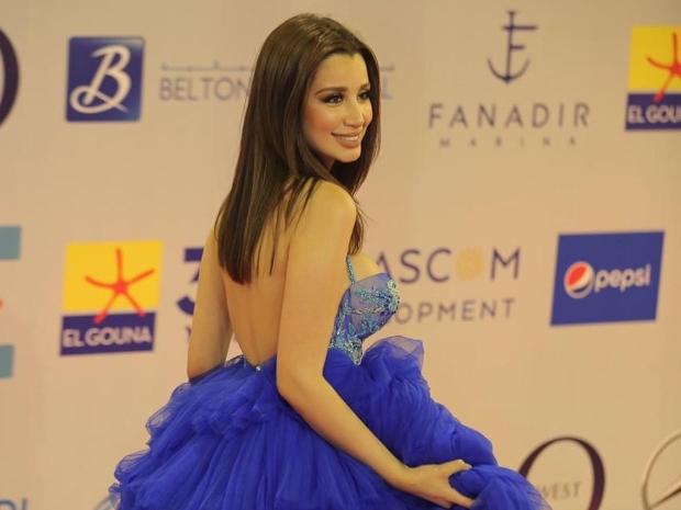 فستان سارة التونسي الجريء يخطف الأنظار في مهرجان الجونة