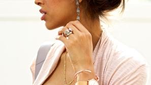 استخدمي المجوهرات لتنسيق ملابسك