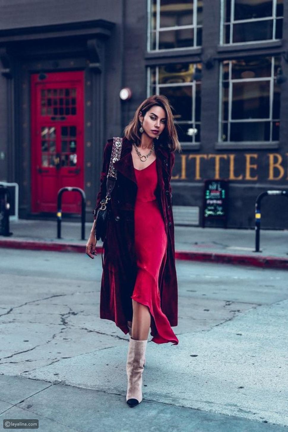 فستان من الساتان باللون الأحمر