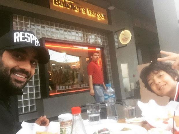 صورة أحمد فلوكس وابنه