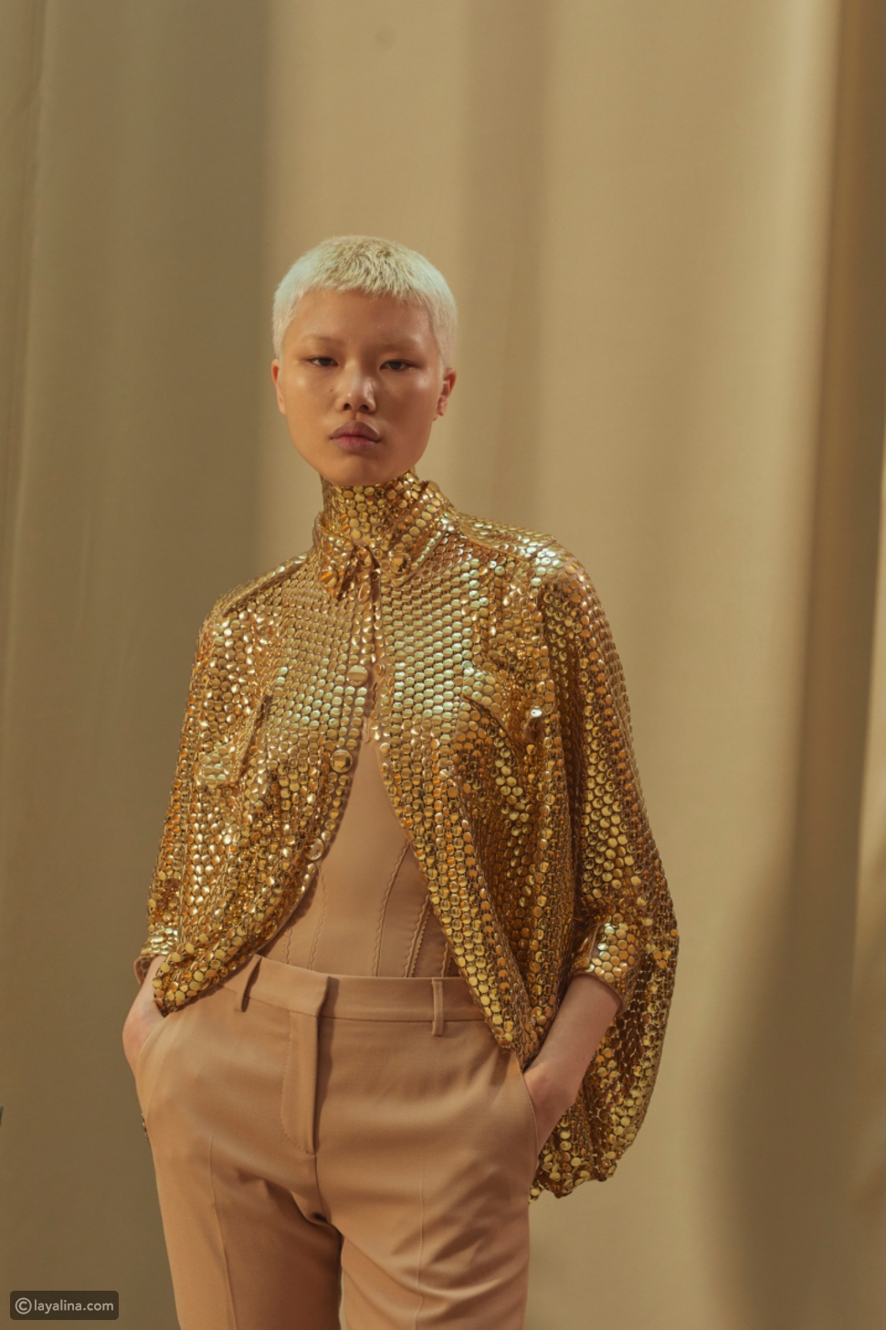 أزياء لامعة باللون الذهبي