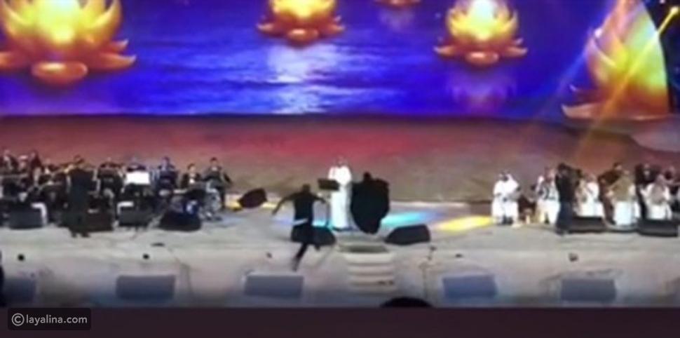 لحظة اقتحام فتاة سعودية المسرح لمعانقة ماجد المهندس