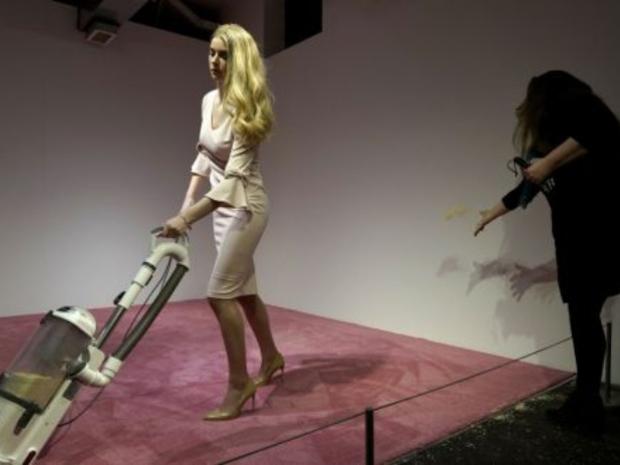 معرض فني جديد يجسد ابنة الرئيس وهي تجمع فتات الخبز