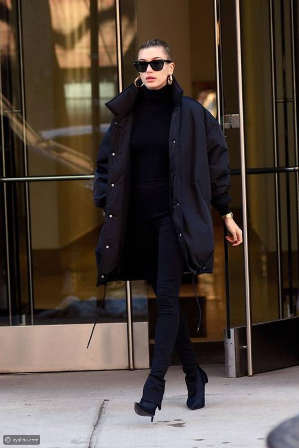 بنطال الليجنز مع معطف أسود وتوب عالي الرقبة